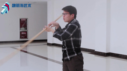 中国武术长棍的基础详细动作教程视频,今天学习下武术棍中的撩棍讲解动作要点