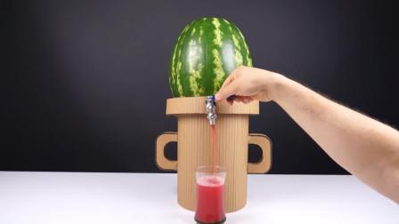 用纸板制作的饮料机,顶部放上一个西瓜,拧开水龙头就能喝西瓜汁