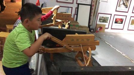 【7岁】9-5哈哈跟包lulu一起在士林夜市玩诸葛连弩IMG_0885.MOV