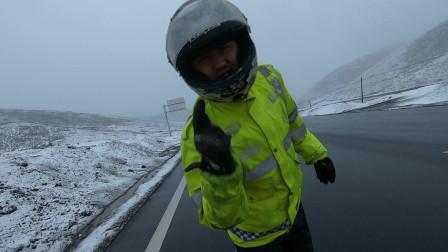 出发第三天在若尔盖遇到暴风雪,在风雪里摩托车摔倒爬起来继续艰难的骑行着!
