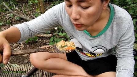 东南亚大嫂在野外做美味的虾吃,野外生存游戏