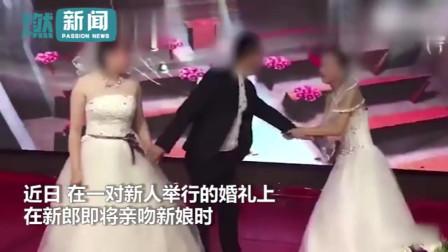 新郎在婚礼上刚要吻新娘 前女友竟穿婚纱上台 宾客瞬间沸腾