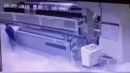 一个大活人眼睁睁的被机器吞噬,监控拍下瘆人过程