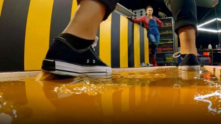 世界上最强的胶水有多黏?老外尝试在上面走路,鞋都粘下来了!