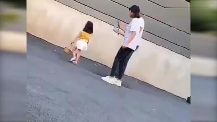 可爱女童被亲妈当摇钱树 表现不满意直接狠狠踹!网友大喊心疼!