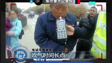 大叔驾驶电车非逞能,街头炫技出洋相,网友:老不羞!
