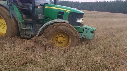 拖拉机陷泥潭,轰油门不管用,这才是老司机!