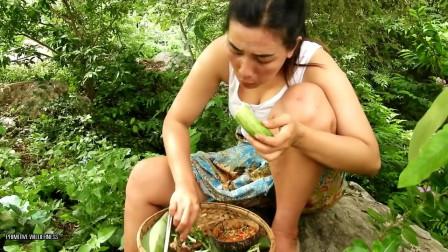 东南亚大嫂在野外岩石上做午餐,烹饪鸡肝