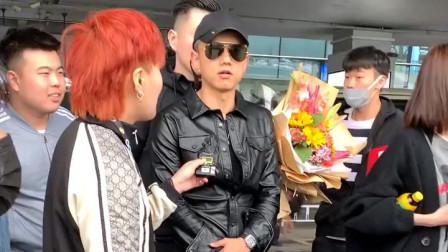 机场偶遇张杰 太帅气