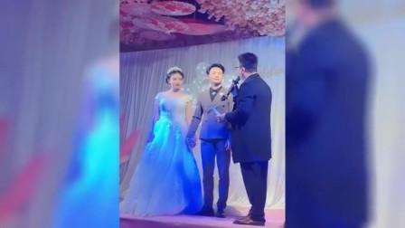 婚礼现场 高中老师把没收情书还给结婚学生