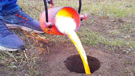小哥发现一个洞,直接倒桶1000℃熔岩,里面应该没老鼠吧?