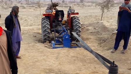 印度人把拖拉机改造成大马力抽水泵,自家浇地很实用