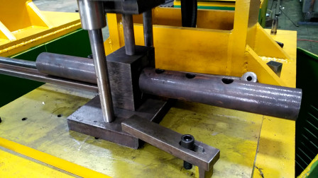 3个厚铁管48圆冲孔操作步骤视频演示圆管冲圆孔