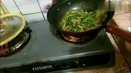 农村打工夫妻:在上海打工,晚餐一家四口吃俩菜,其乐融融吃的欢!
