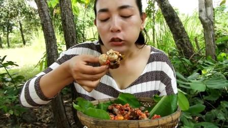 东南亚大嫂在东南亚野外在岩石上煮鸡蛋