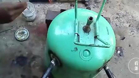 旧冰箱上拆下来的压缩机,牛人又找来个气瓶,直接自制成空压机了