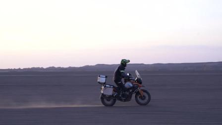 在无人区摔车次数多了就有经验了,骑着摩托车驰骋在无人区,太帅了!
