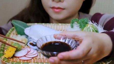 国外美女吃播墨鱼刺身,吃相真好看!