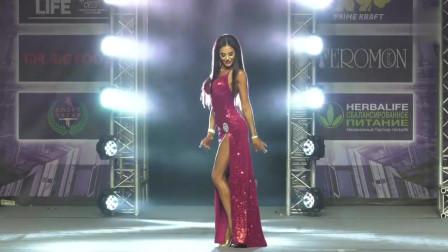 欧美健美小姐身材真棒,紧身衣尽显完美身材,别致的风味
