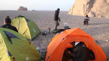 在无人区搭帐篷露营,炖了一夜的羊肉汤味道超鲜美,体力也恢复的差不多了!