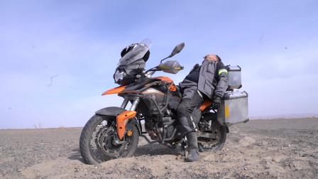 在无人区里最危险的就是黑沙带,沙子太松软,摩托车一进去就陷车摔倒,好无奈!