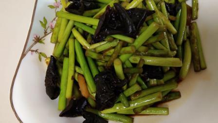 蒜苔里放入两片木耳,教给你不一样的吃法,营养美味,连吃10天都不腻!