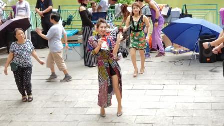 三公主的街头演唱会,劲爆的《公虾米》把大叔们的兴致推向高潮