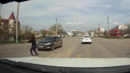 """车祸发生时,小伙跳上引擎盖,记录仪拍下的""""高手"""""""