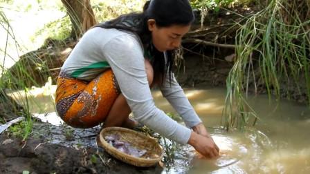 东南亚大嫂在野外岩石上烤乌贼吃,东南亚野外美食
