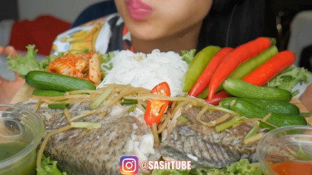 微笑姐吃播:吃罗非鱼,鲜辣椒拿起来就吃,真过瘾!
