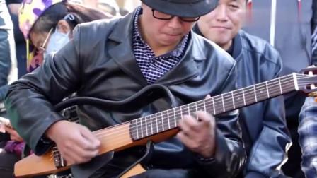 一起来聆听民间不一样旋律!中年大叔公园吉他弹奏《桥》主题曲