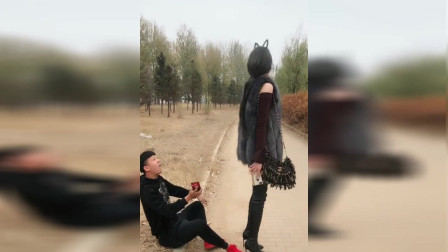 小伙被女巨人踩了一脚,接下来发生的一幕,实在太逗了