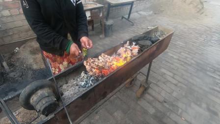 来到新疆哈密三道岭,摩友用大串的羊肉和新疆白酒来招待我们!