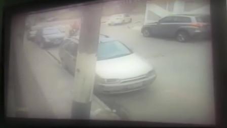 监控拍下全过程,逃犯坐在路边装无辜,成功骗过追捕的警察