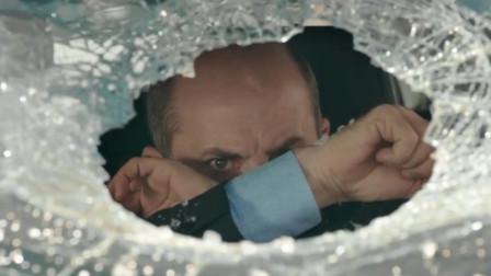 男子驾车被女司机逼停砸车窗,谁知女司机的身份更让他吃惊