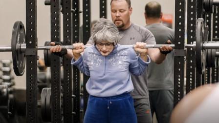 外国美女假扮老奶奶去健身房,轻松举铁200斤,吓坏一众肌肉男!