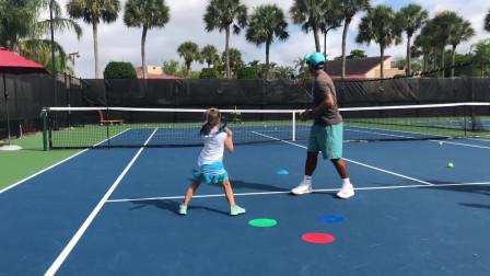 教练手把手教4岁和6岁小朋友练习,是不是认真的小朋友更可爱!