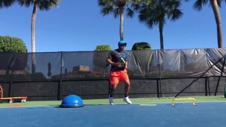 每个人打网球的步法都不一样,练习适合自己的步法,训练成为职业球员!