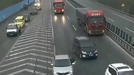 小车最终难逃一劫,高速上任性变道,当看到大货车时慌神了