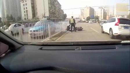 明明看到交警拦车还要加油门,最后尴尬了