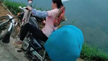 在大山中生活的女人容易吗?每天都要骑摩托车爬这么远的山路!