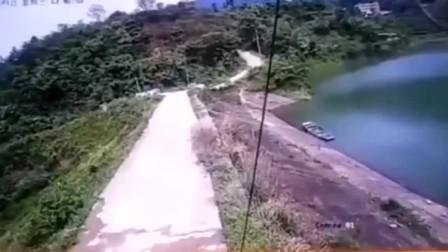 湖南一女司机开车失控驶入水库,救起后被吓晕