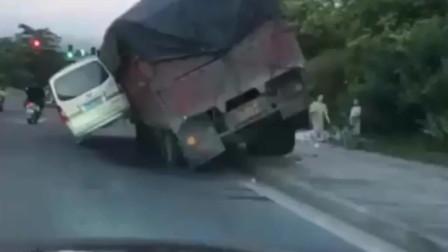 到底是谁欺负谁啊!回家路上就遇到这样的车祸