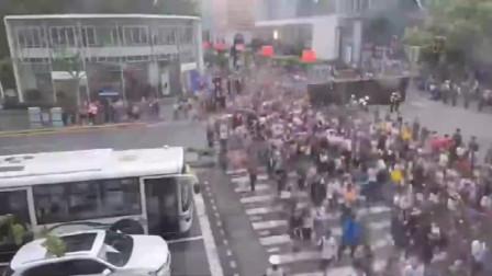 """""""五一""""上海南京路步行街又现""""拉链式过马路,太赞!"""