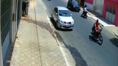 摩托车情侣被撞身亡,回看监控才知道是这样