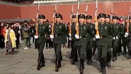 """""""祖国不会忘记我"""",三军仪仗队唱到这时,更加显得高大威武了!"""