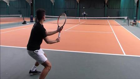 网球场正式角直观教练和17岁学员训练,训练有序,快来看