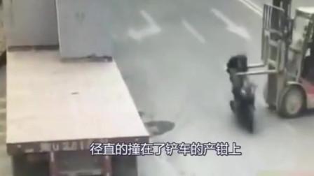 监控记录下整个过程,摩托车司机开车走神直接撞上叉车产钳