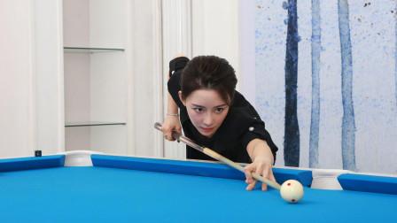 潘晓婷把球控制的出神入化,趴桌时还不忘提下裙子,太美了