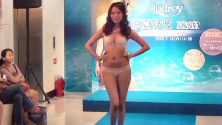 日本模特大赛泳装秀,模特在T台的每一个举动都很娴熟!
